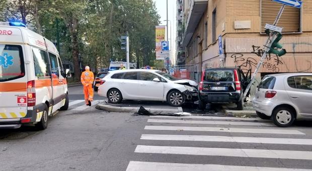 Pauroso schianto all'alba: le auto finiscono sul marciapiede all'incrocio, strage sfiorata