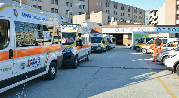 Ambulanze ancora in coda a Torrette, anche cinque ore di attesa per i pazienti Covid. Sempre in affanno il Pronto soccorso