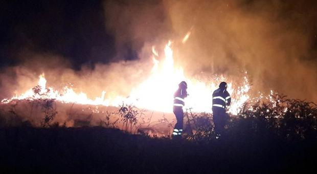 Brucia ancora in piena notte la contrada San Michele: il piromane a cui si dà la caccia da anni semina fuoco e paura
