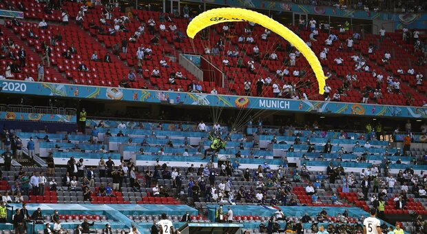 Euro 2020, Francia-Germania: paracadutista di Greenpeace atterra in campo, due feriti lievi