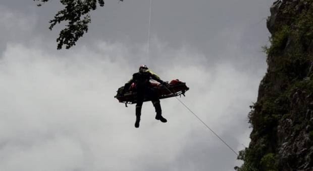 Il soccorso dell'elicottero dei vigili del fuoco