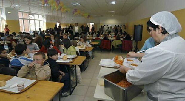 Alla Dante Alighieri la mensa è alle 14: e così alcuni alunni sono costretti ad aspettare un ora per mangiare