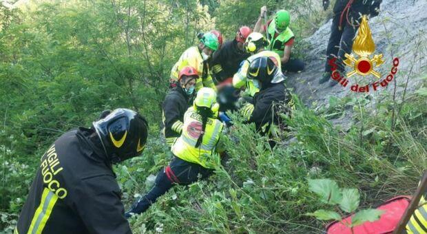 Donna vola in un dirupo e si procura ferite multiple: portata con l'eliambulanza all'ospedale di Torrette