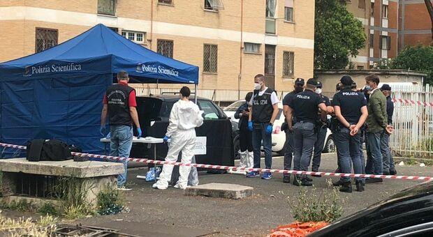 Roma, corpo di un uomo trovato in una valigia in strada: «Fuoriuscivano macchie di sangue»
