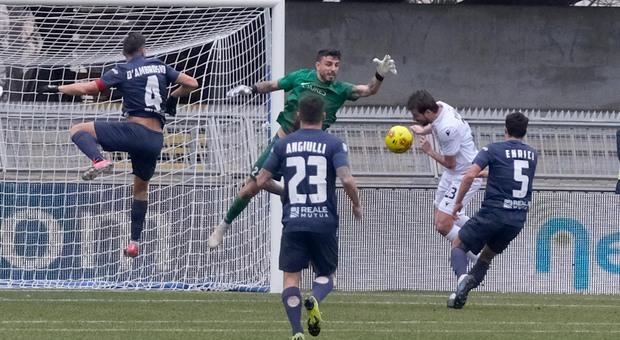 Il portiere Nobile in uscita durante Samb-Padova dell'andata: finì 0-1