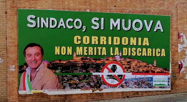 Maxi manifesto del comitato per dire no alla discarica: «Non la meritiamo»