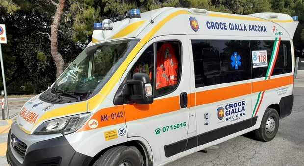 Un altro schianto tra auto e scooter: portato in ospedale un ragazzo di 25 anni