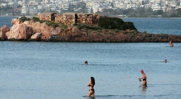 Grecia, caldo record: 28 gradi a gennaio, folla sulle spiagge nonostante il lockdown