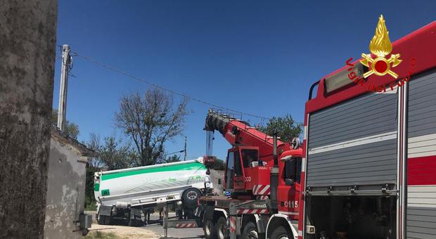 Rimorchio di un camion in bilico sulla carreggiata, al lavoro i vigili del fuoco per rimetterlo in sicurezza
