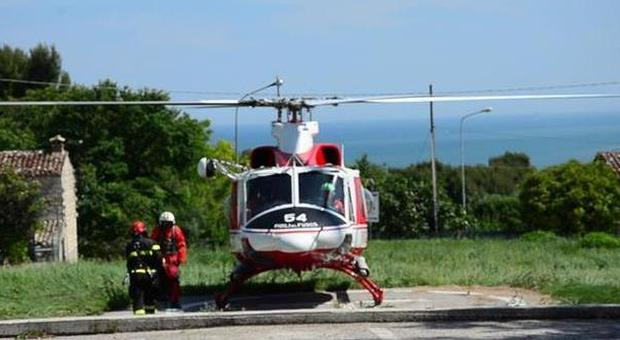 Elicottero In Tedesco : Cade al passo del lupo raggiunto con l elicottero e