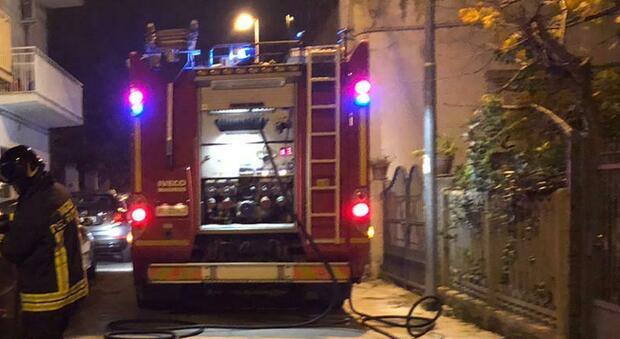 Fermo, auto distrutta da un incendio probabilmente doloso, i residenti: «Era il deposito della droga»