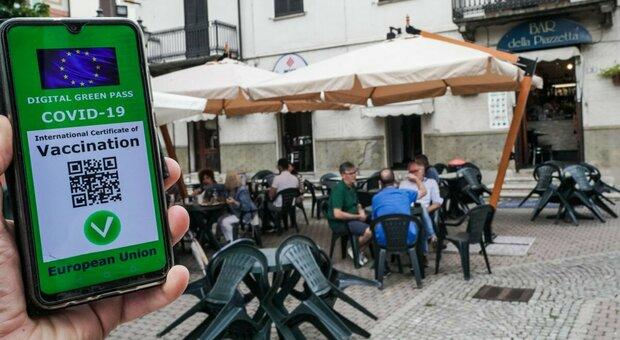 Green pass, obbligo da lunedì: una dose nei ristoranti al chiuso, 2 per palestre e discoteche