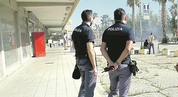 I poliziotti al centro commerciale per un ladro bloccano anche un borseggiatore