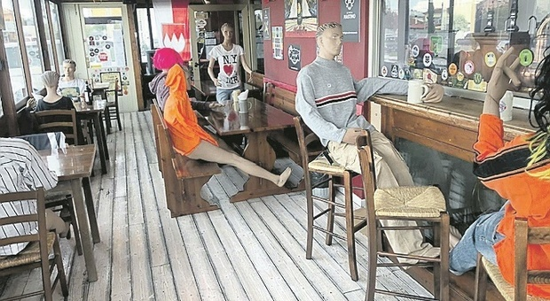 Marotta, la protesta di Simone con i manichini al posto dei clienti al pub: «Covid, servono regole certe ma lasciateci lavorare»