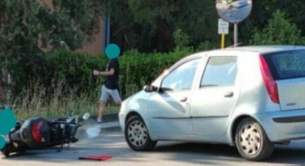 Un altro scontro tra auto e scooter: centauro 50enne finisce a terra all'incrocio