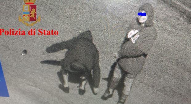 Individuati e denunciati i due giovani che imbrattarono auto e mura in centro