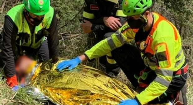 Ciclista cade in una zona impervia: recuperato da vigili del fuoco, Soccorso alpino e 118
