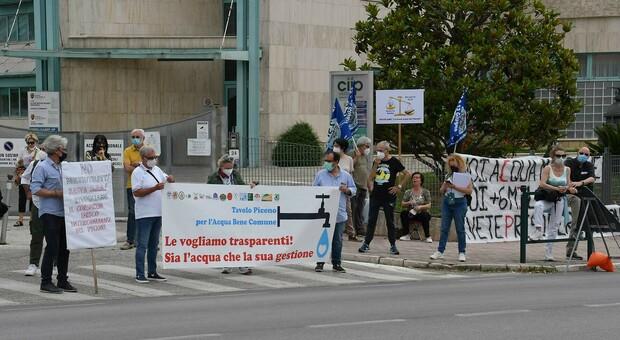 La manifestazione di protesta davanti alla sede del Ciip