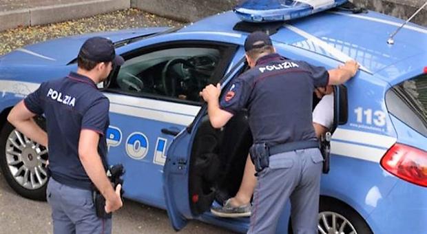 Litiga con un conoscente e si scaglia contro gli agenti: arrestato un 24enne
