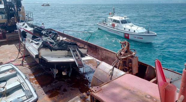 Recuperato il relitto della barca affondata davanti al porto di Ancona