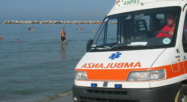 Ambulanza in spiaggia, foto generica non riconducibile all'accaduto