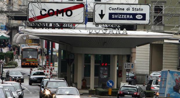 Cercano di passare la frontiera con un assegno da 100 milioni di euro: fermati e indagati per riciclaggio