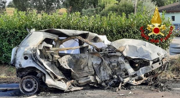La Fiat Punto distrutta dalle fiamme dopo lo schianto