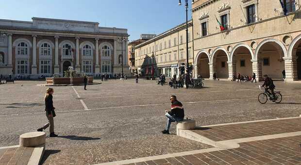 Soltanto a Pesaro la zona rossa ha fermato almeno 600 attività, quasi 400 anche a Fano