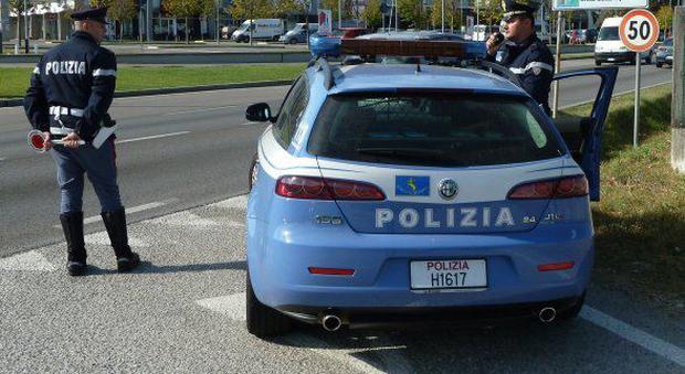 Una pattuglia della polizia durante un controllo