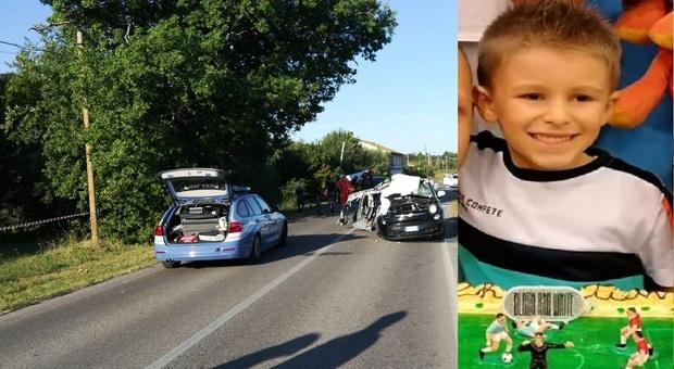 Schianto contro il camion dei rifiuti: Christian muore a 6 anni in auto con il papà