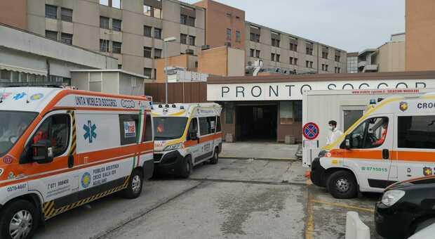 Ambulanze in attesa al pronto soccorso di Torrette