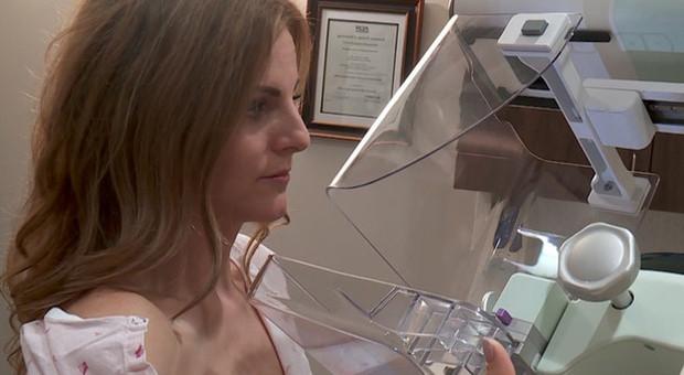 Mammografia in diretta Facebook per sensibilizzare al test: giornalista scopre così di avere un tumore al seno