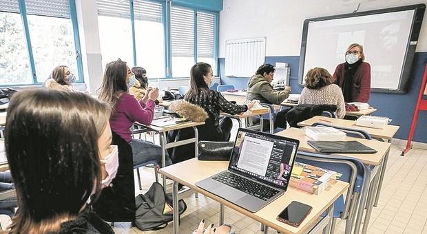 Il rientro in classe non rialza i contagi: dimezzati i positivi al Covid