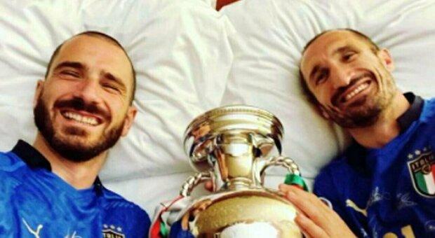 Bonucci e Chiellini in vacanza insieme: il video dei due campioni in Sardegna
