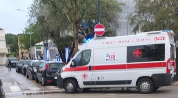 L'intervento di carabinieri e Croce Rossa sul lungomare di Senigallia