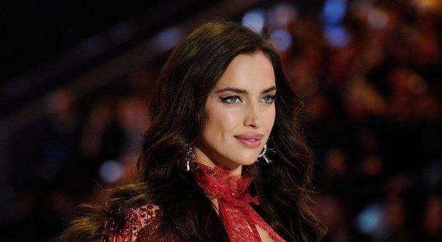 Irina Shayk incinta di Bradley Cooper Pancino alla sfilata Victoria's secret