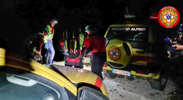 Bolognola, la bufera di vento spazza la via la tenda e porta via anche le scarpe: due ragazzi salvati in extremis