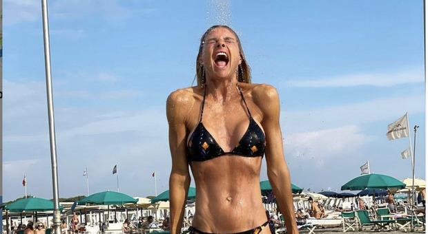 Martina Colombari in bikini si mostra perfetta anche a 46 anni
