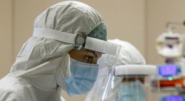 Effetto restrizioni e vaccini, due morti per Covid in 48 ore. Ricoveri, ieri un rialzo inatteso