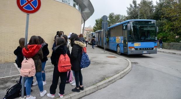 L'ira dei familiari: «Non c è il pullman all uscita di scuola, studenti costretti a girare per un ora»