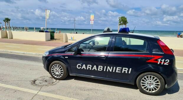 Con la Mercedes sul tratto vietato e sulla ciclabile, aggredisce prima gli ambulanti e poi carabinieri: arrestato e già condannato