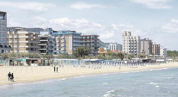 Pesaro, seconda dose anche in vacanza? Incognita vaccini e richiami sulla stagione turistica