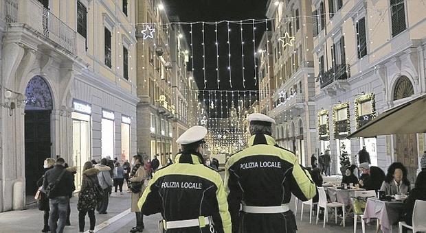 Ancona, shopping e movida, un esercito di vigili per vegliare sull'ultimo weekend rovente prima delle limitazioni
