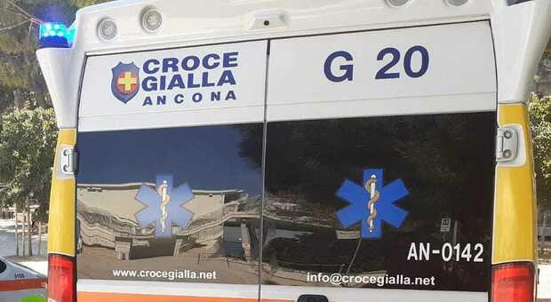 Ancona, il furgone parcheggiato si sfrena, prova a fermarlo e finisce travolto: all'ospedale con una gamba rotta