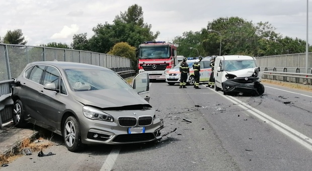 Jesi, tremendo schianto tra un'auto e un furgone: un ragazzo e una dottoressa all'ospedale