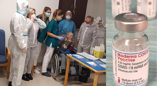 Treia, lotta al Covid, si parte anche con il vaccino Moderna: la prima dose è pre nonna Ida, 106 anni