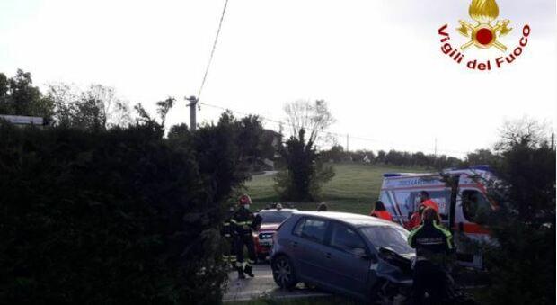 Scontro tra tre auto, una finisce dentro un giardino privato: tre persone ferite portate al Pronto soccorso
