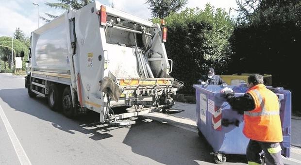 In quarantena Covid e sommersi dai rifiuti: ritardi e polemiche, gli infetti chiamano direttamente gli operatori