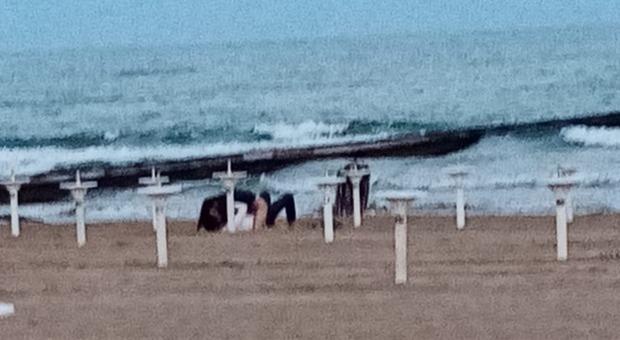 Travolta dalla passione, una coppia fa sesso in spiaggia tra gli applausi a due passi dalla piazza