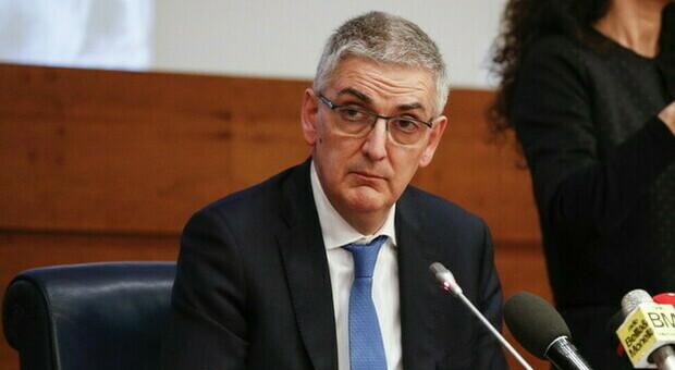 Brusaferro avverte: «Dato stabile dei contagi Covid nell'ultimo mese ma focolai attivi in tutto il Paese, il virus circola ancora»